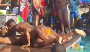 sexo na piscina em publico GAY PARTY