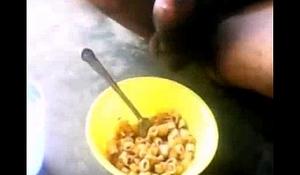 chico se masturba en su cereal para darle un toque mas dulce