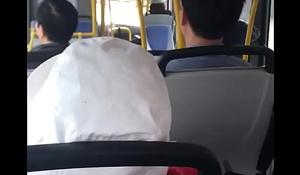 thanh niê_n quay tay trê_n xe bus.MOV