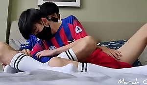 Dois amigos coreanos se comendo depois do futebol